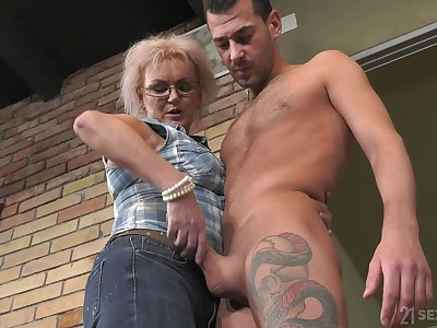 Dirty mature land lady Elvira is still fairly in agreement at riding strong cock