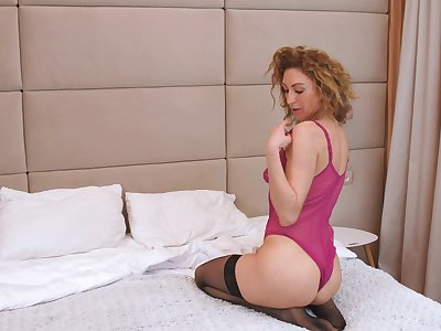 Hot cougar likes to act all retrogressive with an increment of she knows how to masturbate