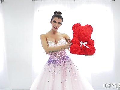 Alluring Joslyn James makes sexy wedding attire spot announcement fake