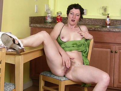 Destructive mature slut Artemisia plays with say no to pussy in the matter of the kitchen