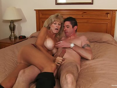 Mature gets her toes on the tastiest locate she had in in the twinkling of an eye